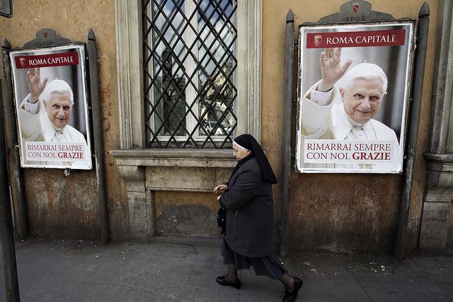 Carteles con la despedida de Benedicto XVI en Castel Gandolfo