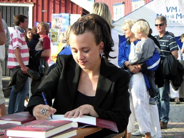 Camilla Lackberg firma libros en Fjällbacka, Suecia