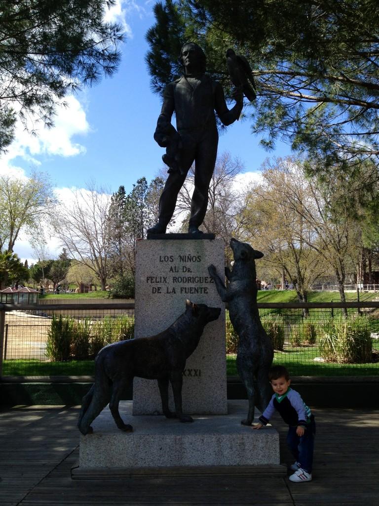Estatua de Félix Rodríguez de la Fuente en el Zoo de Madrid