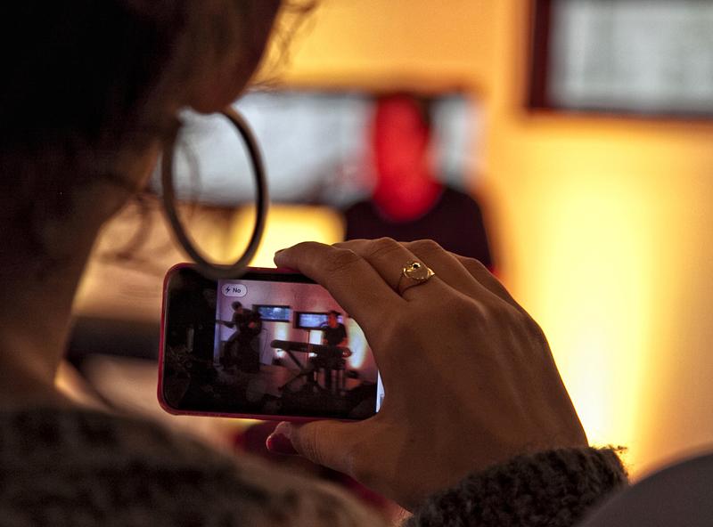 Fans grabando con un móvil durante el concierto de Iván y Amaro Ferreiro en el StrandBar Hermann de Viena, Austria