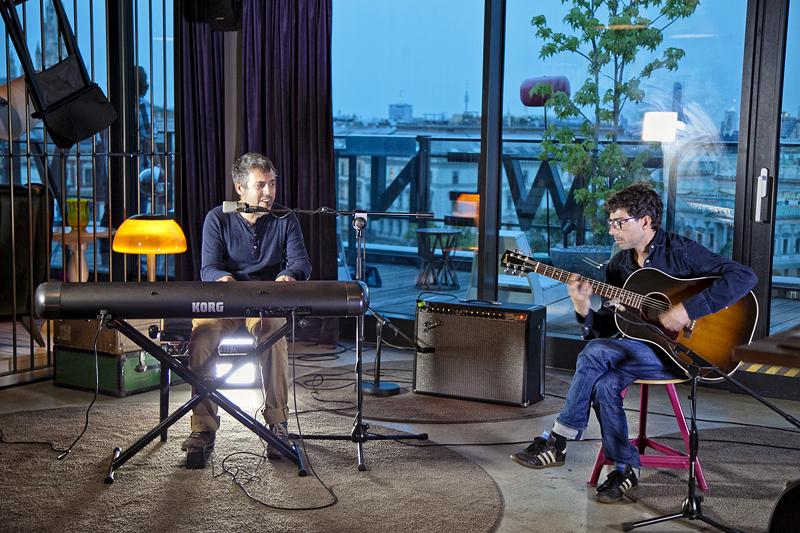 Iván Ferreiro y Amaro tocan en el bar del hotel 25hours, en Viena, Austria