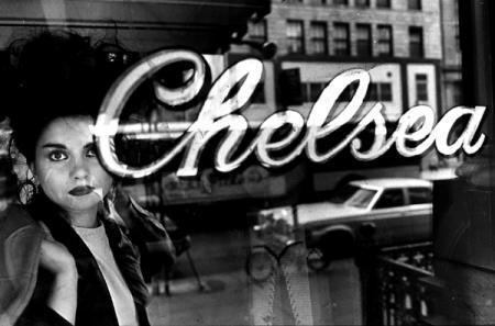 Mujer asomanda en el Hotel Chelsea, New York