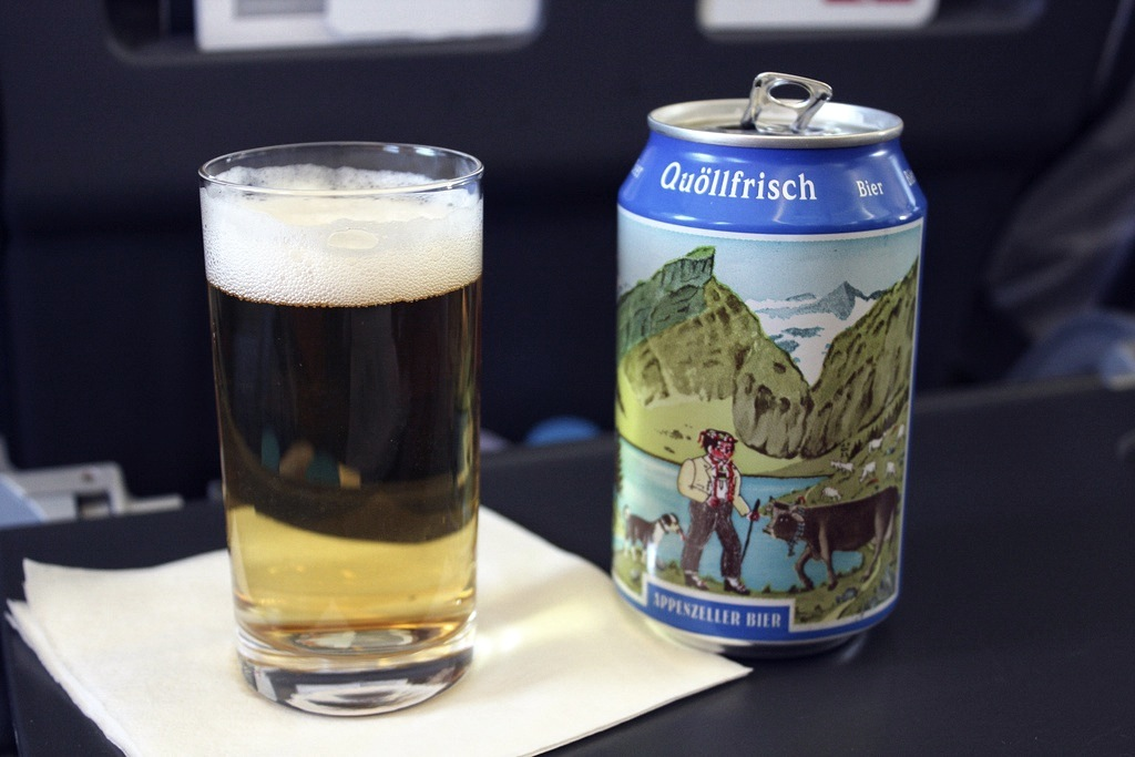 cerveza servida en clase business en swiss airlines