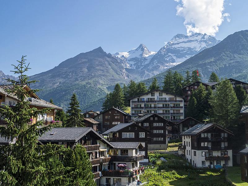 Vistas de Saas Fee, en los alpes suizos, suiza