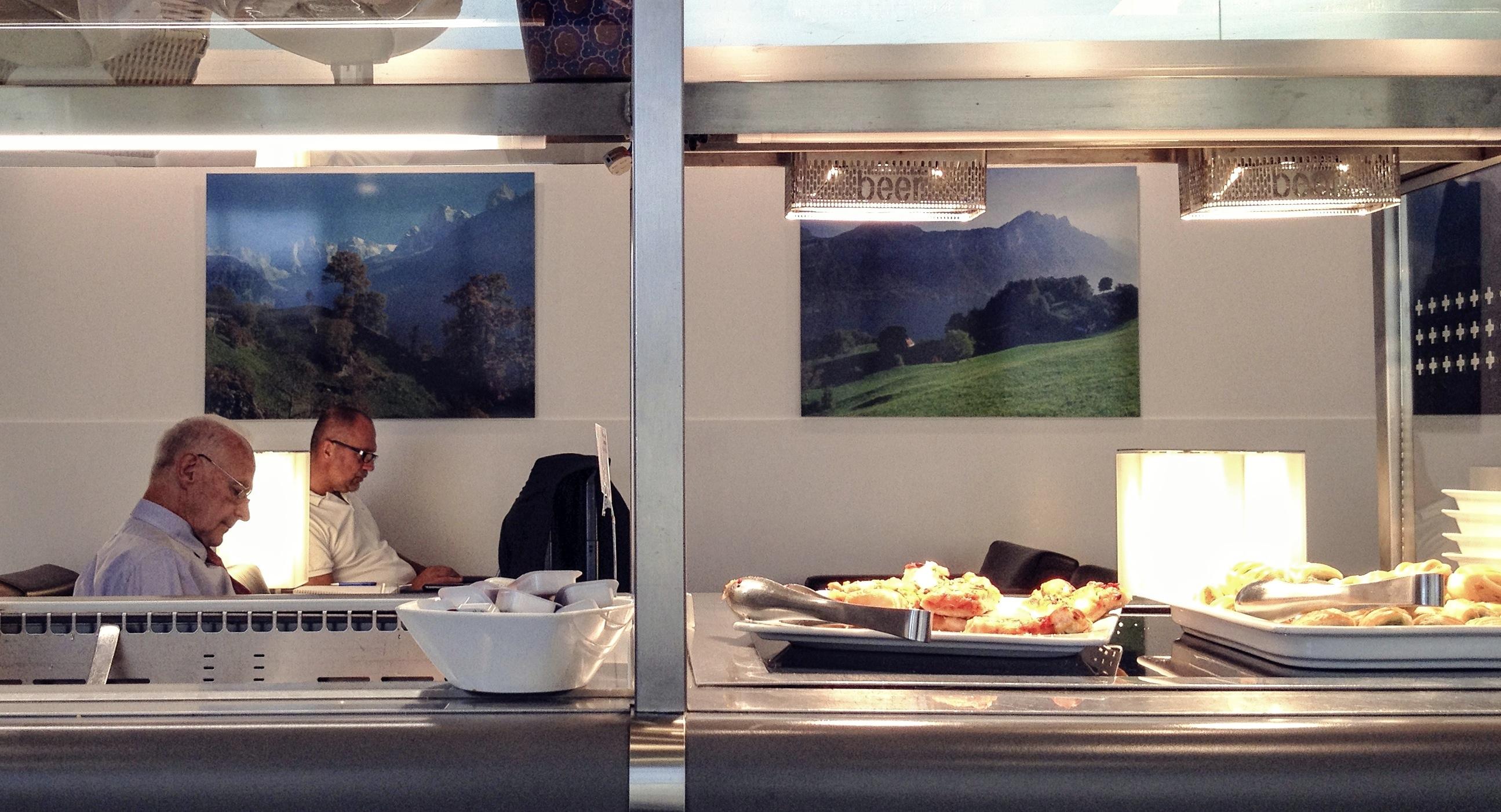 Viajeros en la sala VIP del aeropuerto de Ginebra en Suiza, Swiss Airlines