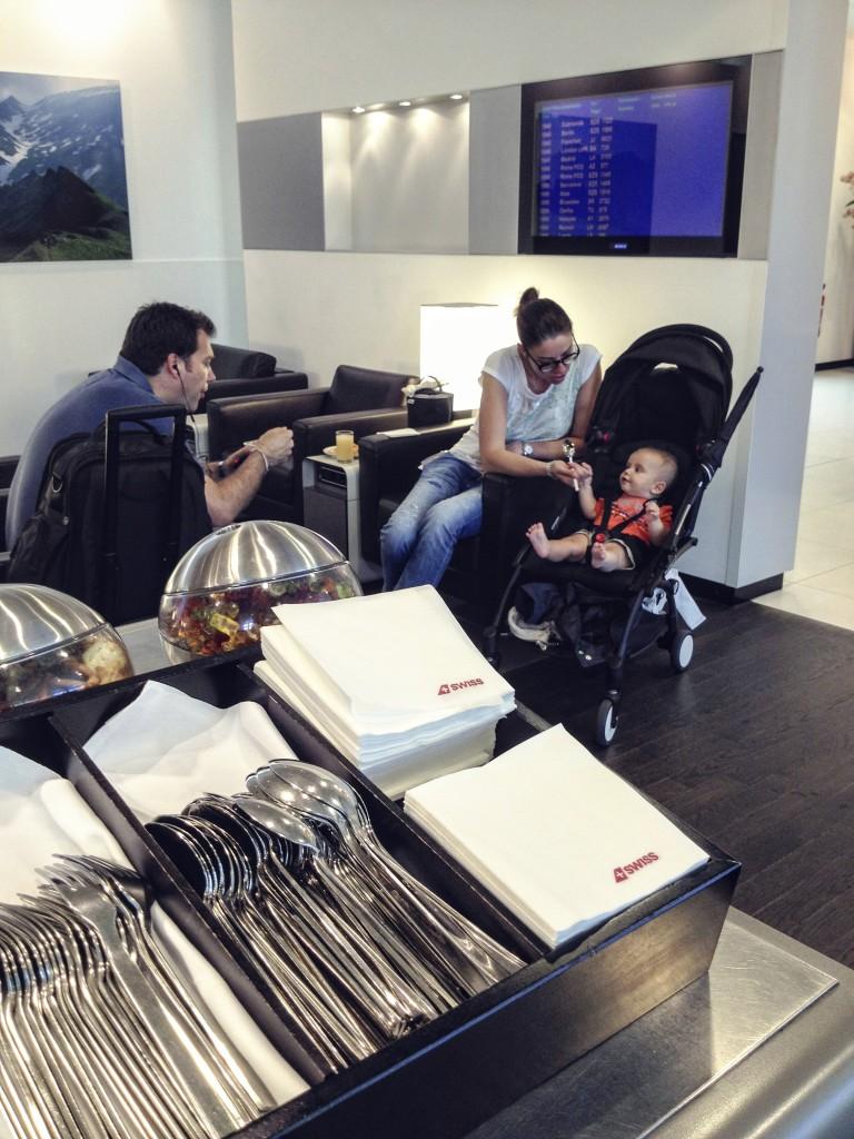 Familia en la sala VIP del aeropuerto de Ginebra en Suiza, Swiss Airlines