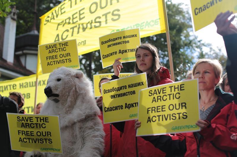 activistas de greenpeace protestan, freeartic30