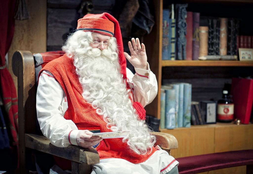 Santa Claus tan agustito en su casa del Círculo Polar