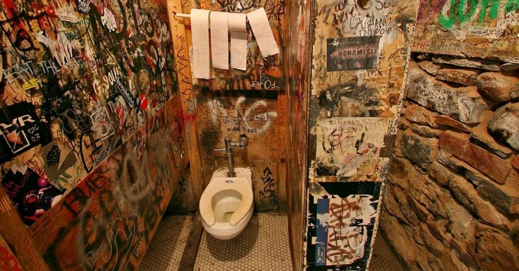 Los baños del CBGB, una institución del arte moderno.