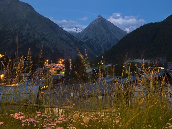 Un idílico pueblo rodeado por montañas