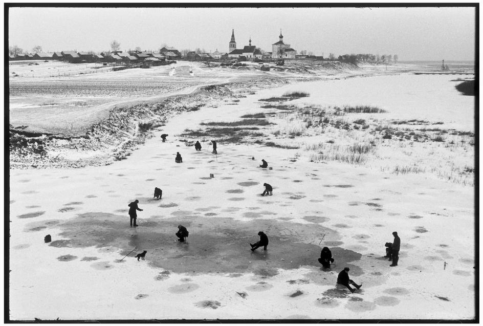 SOVIET-UNION.-Russia.-Vladimir-oblast.-Suzdal.-1972.-Fishermen-on-a-frozen-river.