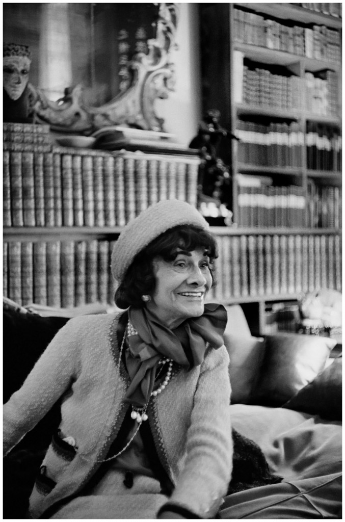 mademoiselle-chanel-in-her-apartment-31-rue-cambon-by-cartier-bresson-1964