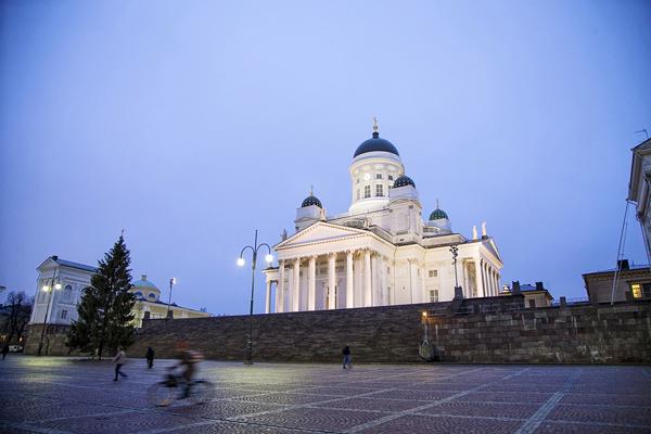 La catedral de Helsinki corona una amplia plaza.
